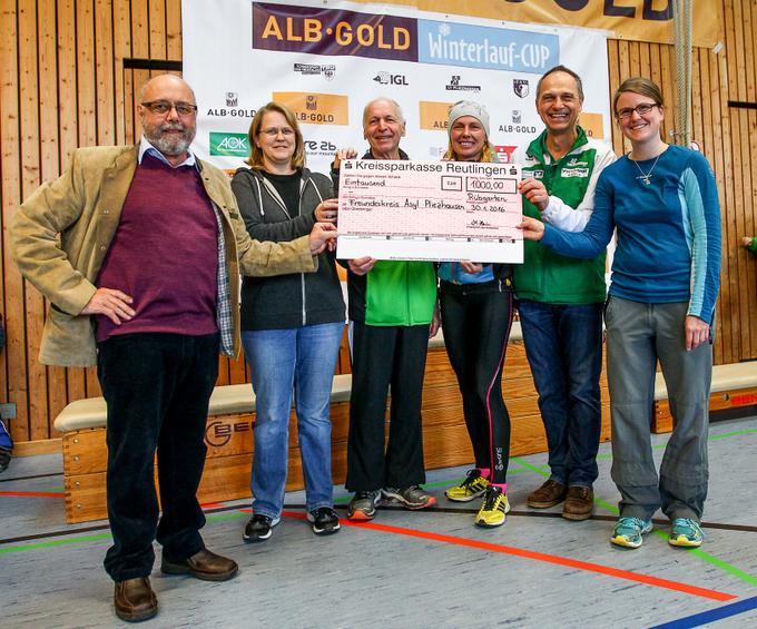 Symbolischer Scheck über 1000 Euro (Foto: Benni Lau)